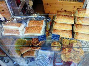 Friands ou pâtés à la viande, fromage, champignons, anchois