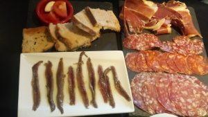 anchois, croutons à la tomate , à l'ail, charcuterie espagnole et pas que