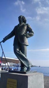 statue dali port cadaqués sucré salé en languedoc